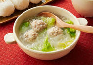 白菜と鶏団子の春雨スープ